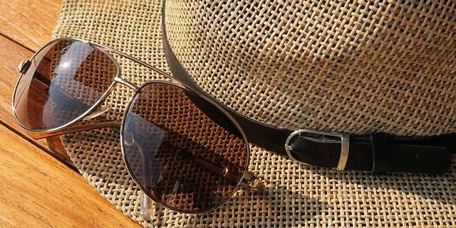 כובע קש ומשקפיים