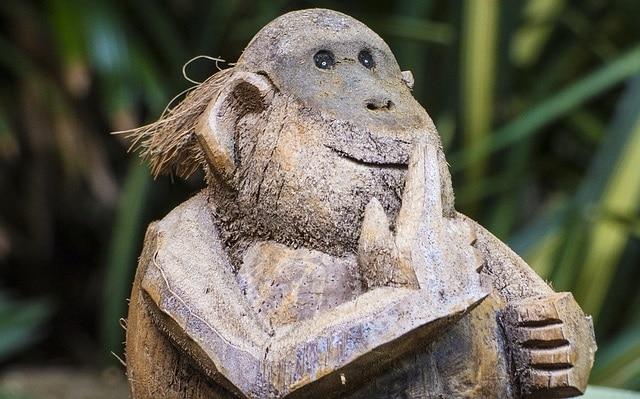 פסל קוף מגולף באגוז קוקוס