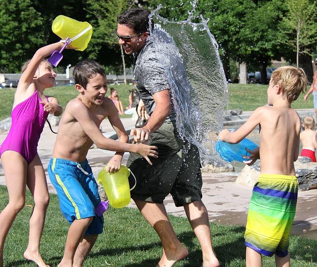 ילדים מבלים עם ההורים במשחקי מים
