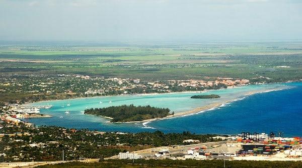 האי לוס פינוס והעיר בוקה צ'יקה ברקע