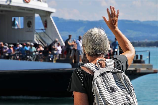מנופפת לשלום לספינה
